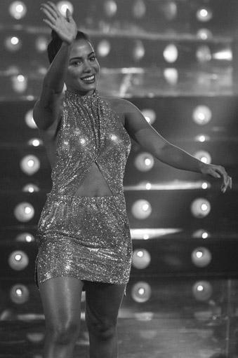 Anitta veste Carlos Miele na Rede Globo